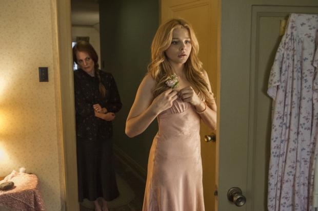 Chloe-Grace-Moretz-and-Julianne-Moore-in-Carrie-2013-Movie-Image-3
