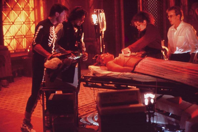 still-of-kevin-bacon,-julia-roberts,-william-baldwin,-kiefer-sutherland-and-oliver-platt-in-flatliners